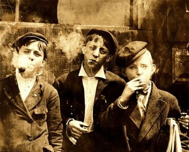 1267px-Lewis_Hine,_Newsies_smoking_at_Skeeter's_Branch,_St._Louis,_1910